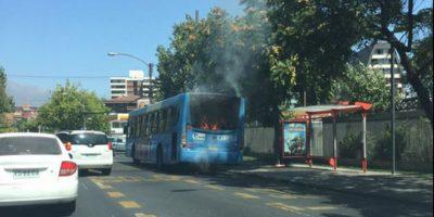 Bus se incendia en sector de avenidas Colón y Américo Vespucio