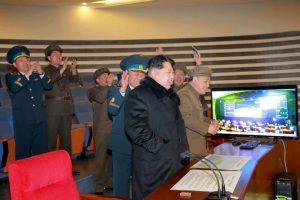 El líder de Corea del Norte, Kim Jong-un, presenció el despegue junto a jefes militares Foto:AFP / KCNA via KNS. Imagen Por: