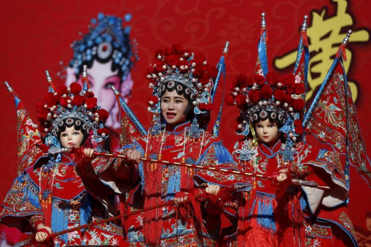 Con danzas, desfiles, cantos tradicionales y fuegos artificiales, los chinos dieron hoy la bienvenida al Año del Mono Foto:AP. Imagen Por: