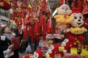 Acompañados del color rojo y dorado, que significa felicidad y riqueza, los chinos se congregaron en las principales plazas del país. Foto:AP. Imagen Por: