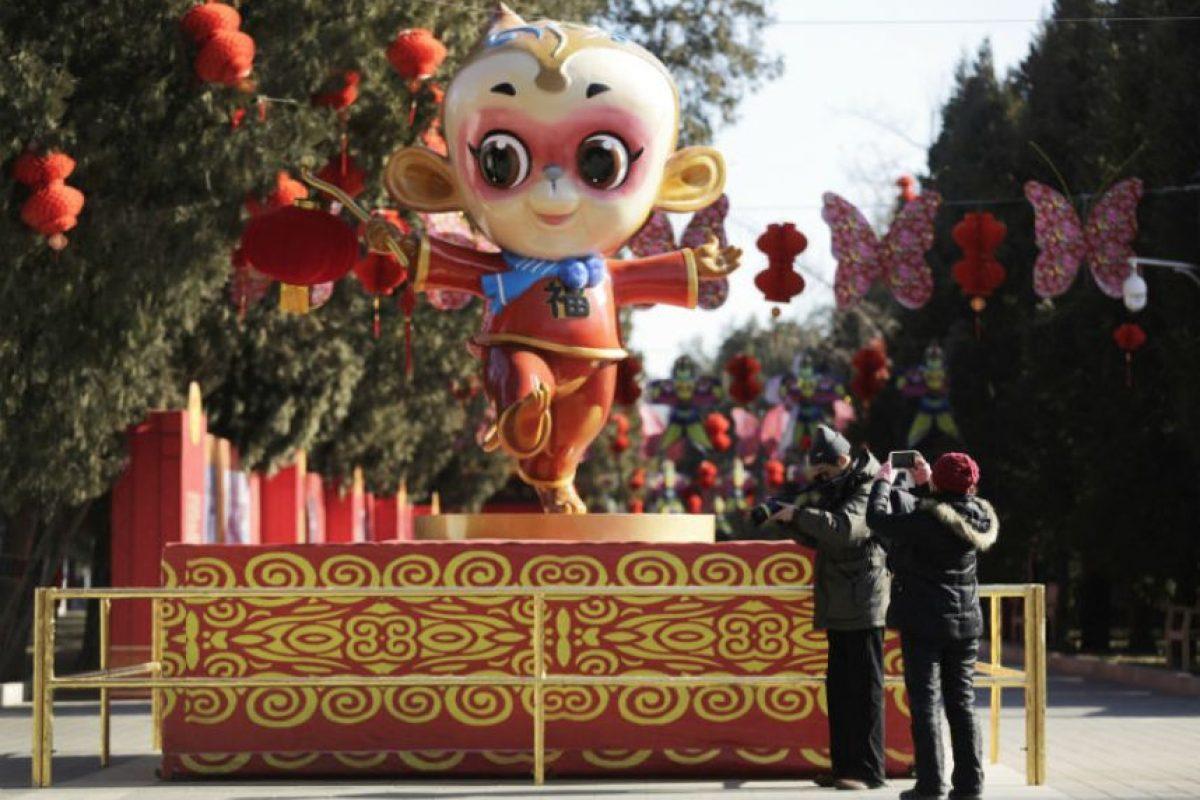 Para atraer la buena fortuna, calles, comercios, restaurantes y casas se adornaron con diferentes figuras de monos, en referencia al animal que regirá este Año Lunar. Foto:AP. Imagen Por: