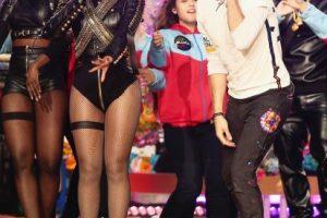 """Y cantó al final """"Fix You"""" y """"Up a& Up"""" con Chris Martin y Bruno Mars. Foto:Getty Images. Imagen Por:"""