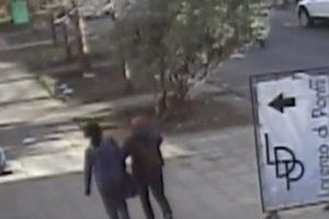 El hombre junto a una de sus víctimas captado por cámaras de seguridad. Foto:Reproducción / AhoraNoticias