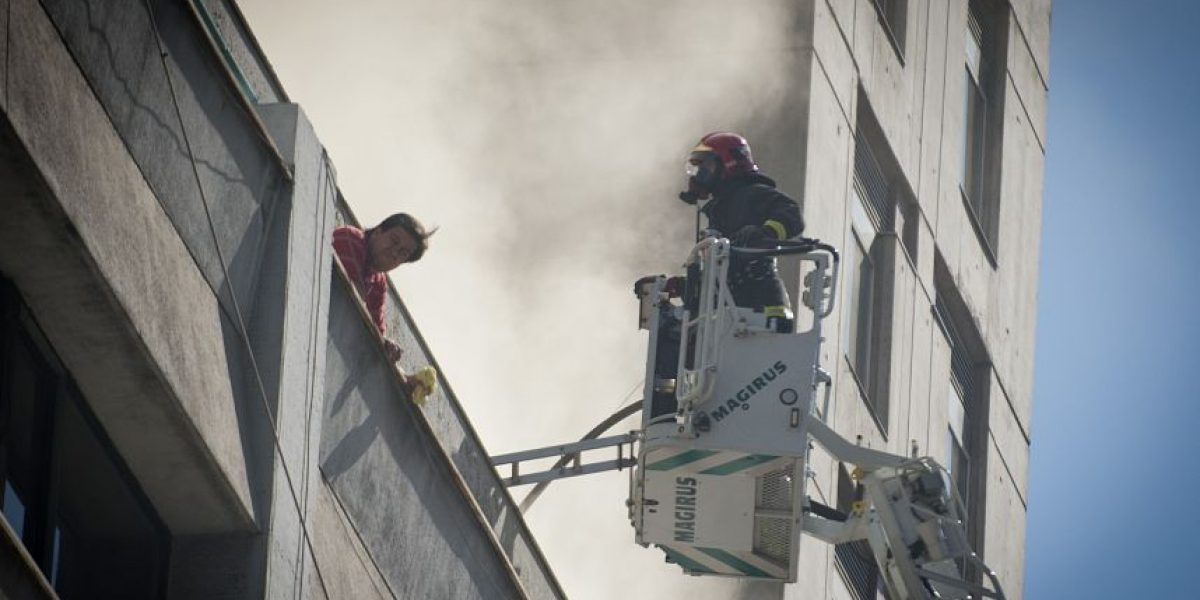 Incendio en edificio de Santiago Centro moviliza a Bomberos