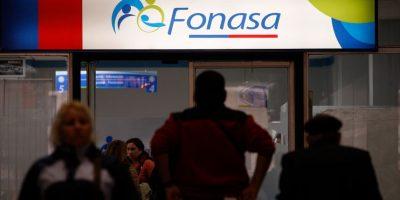 Funcionarios de Fonasa inician paro nacional: exigen la salida de la directora