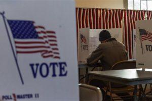 Cientos de miles de electores desafiaron el frío y la nieve para votar en las internas presidenciales. Foto:AP