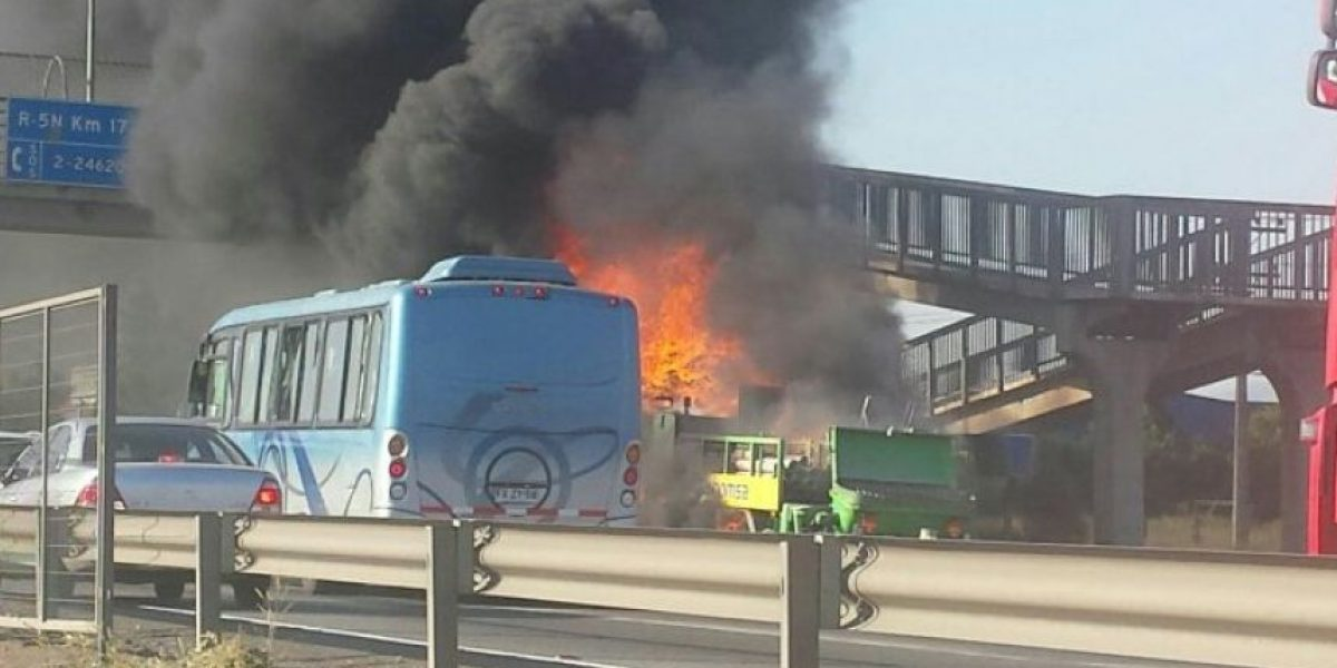 Incendio de camión en Ruta 5 Norte moviliza a equipos de emergencia