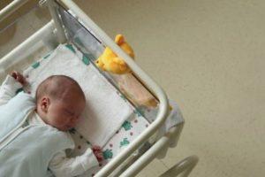 Los médicos no encontraron signos vitales, pero antes de que su cuerpo llegara a la funeraria, el pequeño despertó y de inmediato fue instalado en una unidad de cuidados intensivos Foto:Getty Images
