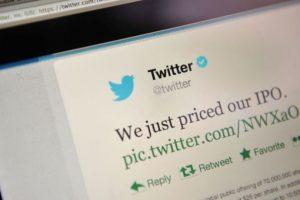 Las cuentas verificadas se muestran con una paloma de color blanco dentro de un círculo azul. Foto:Getty Images
