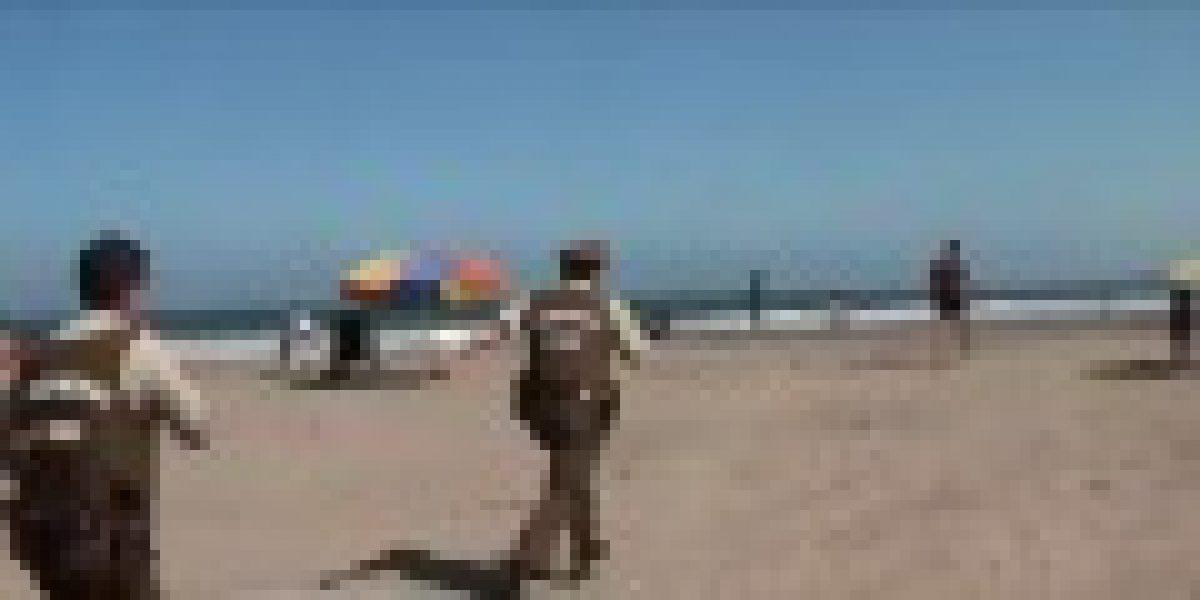 Insólito: se metió al mar para huir de Carabineros