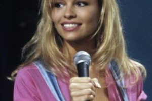 En 1989, la cámara que filmaba a los asistentes de un estadio apuntó a Pamela Anderson. Al ser ovacionada por la multitud, le ofrecieron un contrato de modelaje. Foto:Getty Images