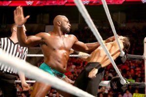 """Titus jaló al """"Jefe"""", quien se molestó y empujó al luchador Foto:WWE. Imagen Por:"""