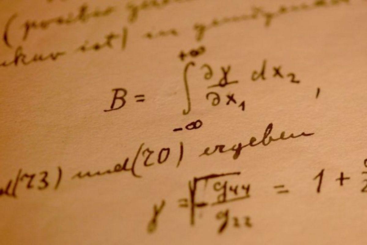 """8. Al morir cremaron su cuerpo, excepto su cerebro- El medio británico """"BBC"""" explica que el patólogo estadounidense Thomas Harvey hizo la autopsia al científico y removió su cerebro. Se esperaba realizarle estudios para descubrir el motivo de su genialidad. Harvey cortó el cerebro en más de 240 pedazos y los envió a distintos científicos para que lo estudiaran. Estudios de esos pedazos y de fotografías han revelado que, en efecto el cerebro de Einstein era distinto. Foto:Getty Images. Imagen Por:"""