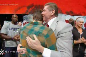 Luego de que Vince McMahon abrazara a Bryan Foto:WWE. Imagen Por: