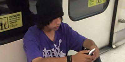 Joven raya piso de vagón del metro y denuncia de pasajera enciende las redes sociales