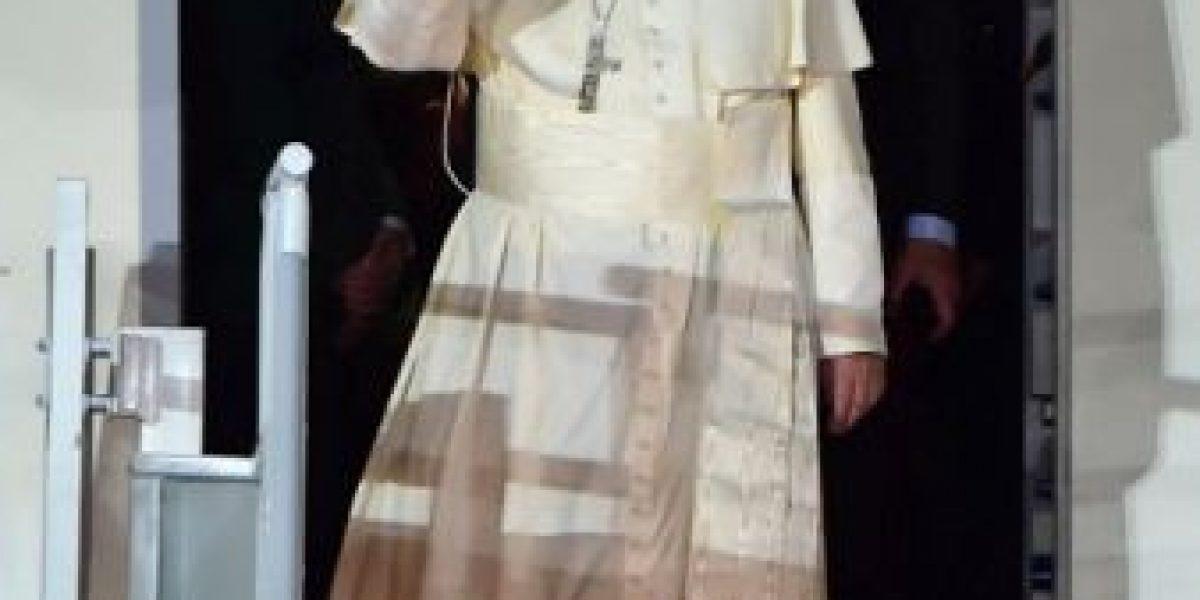 Hombre rompe cerco de seguridad del Papa durante su visita a México