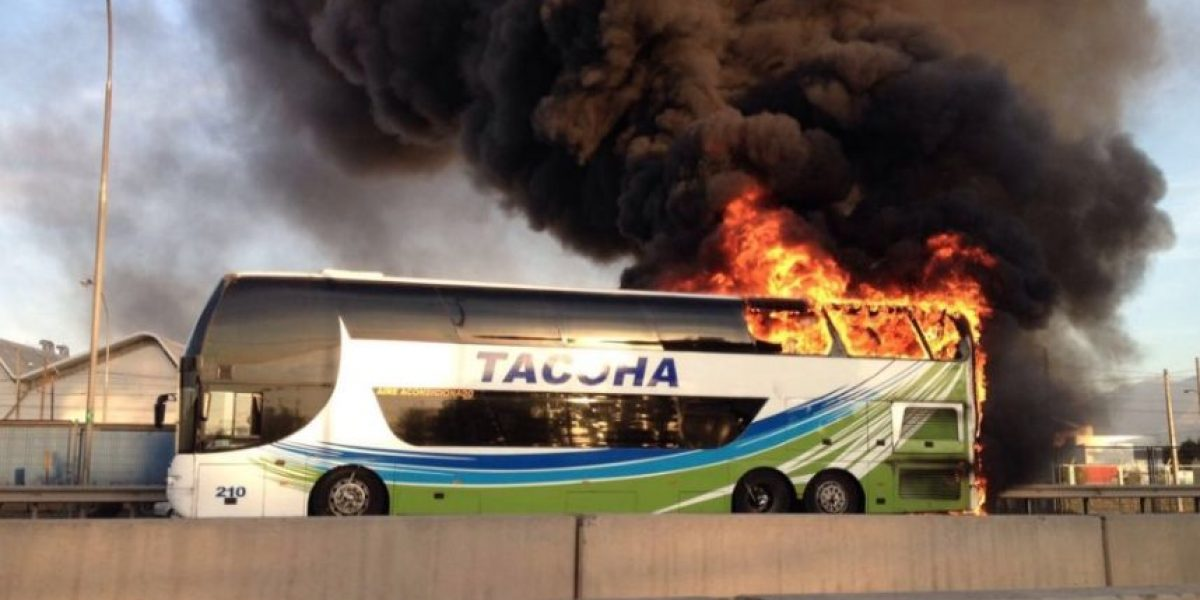 Pasajeros son evacuados por incendio de bus en la Ruta 5 Sur