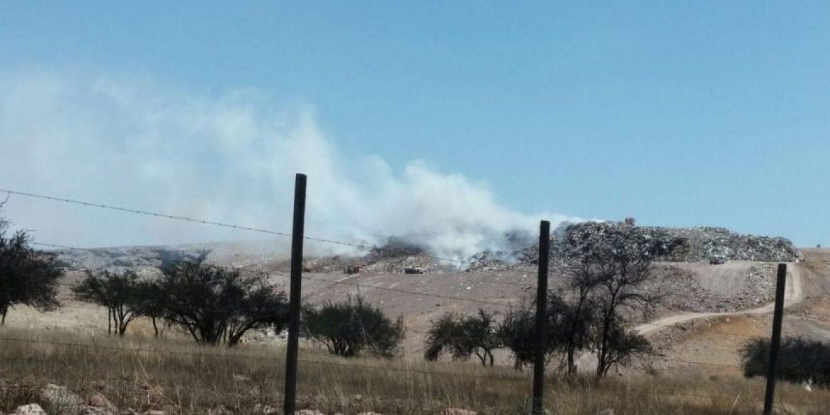 Tiltil: incendio quema relleno sanitario