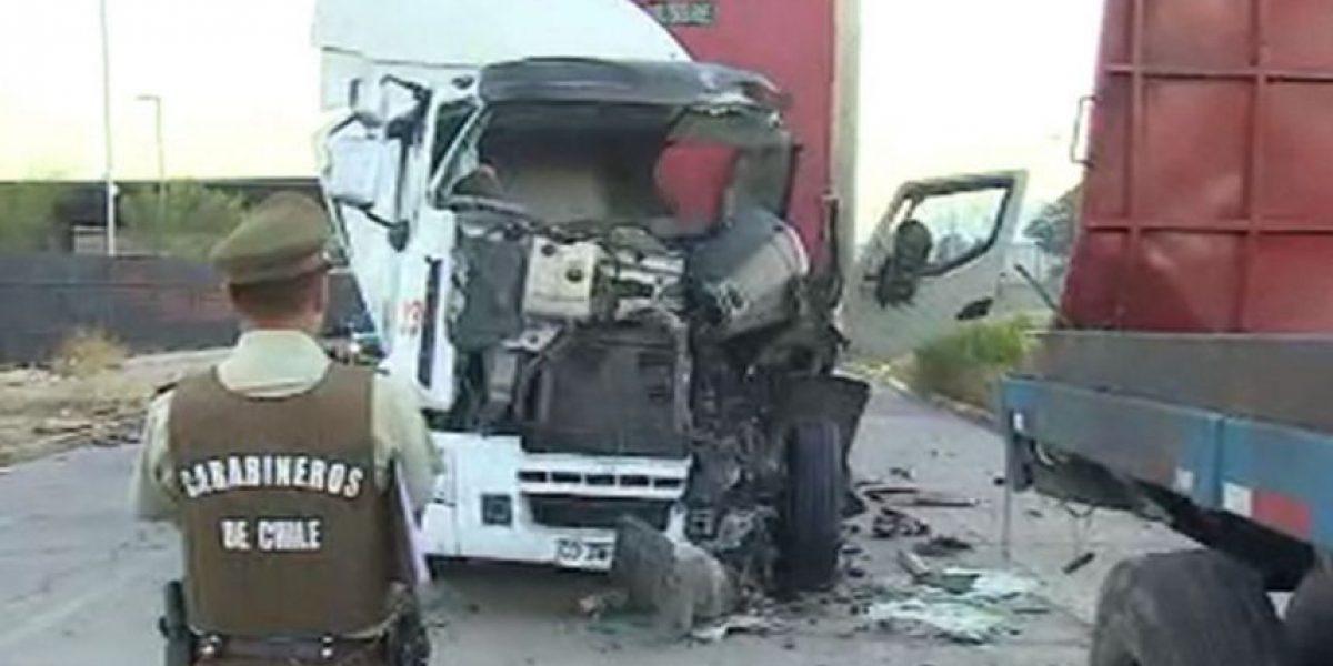 Renca: dos camiones chocan y dejan a conductor atrapado entre fierros