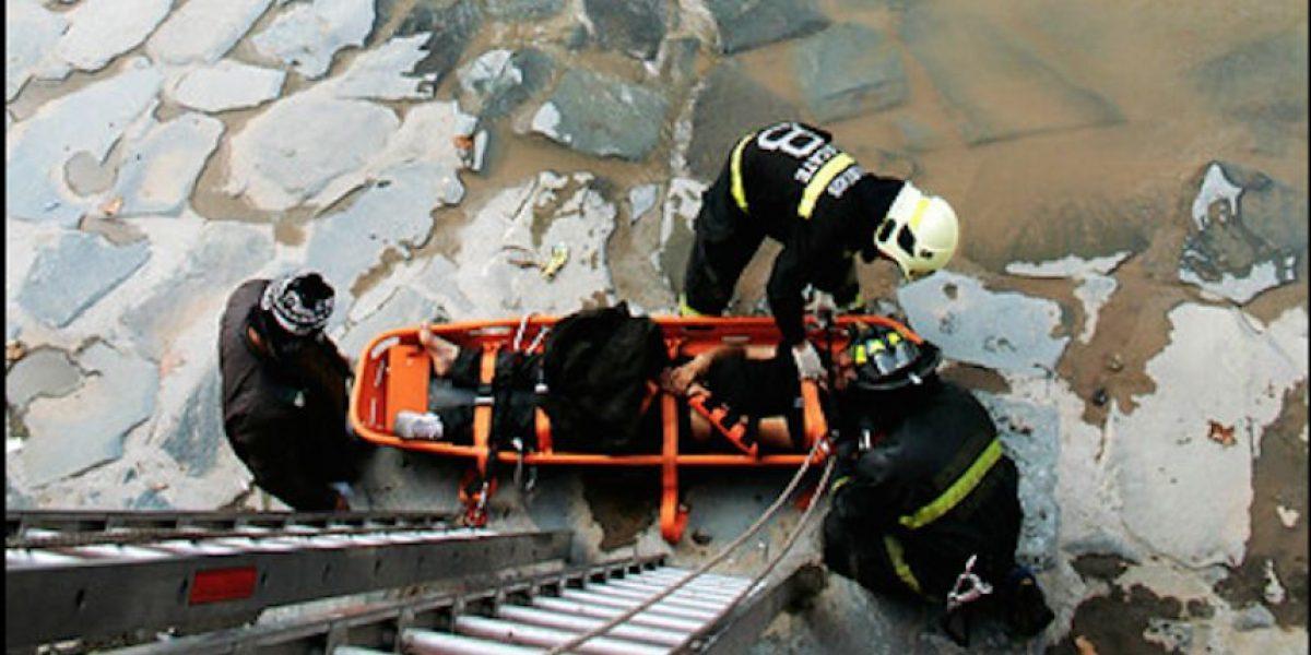 Bellavista: rescatan a mujer que cayó a ladera del río Mapocho