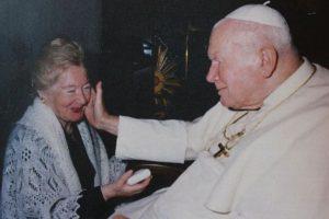 Las misivas entre la filósofa y el líder de la iglesia católica fueron escritas durante más de 30 años, desde antes de que fuera elegido como Pontifice y hasta el momento de su fallecimiento Foto:Twitter.com/BBCPanorama