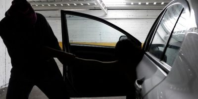 Dos menores de edad y un sujeto de 18 fueron detenidos por robar autos en Santiago