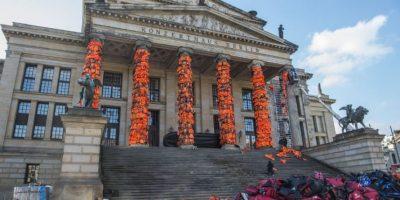 El artista Ai Weiwei llena de chalecos Berlín en recuerdo de los refugiados