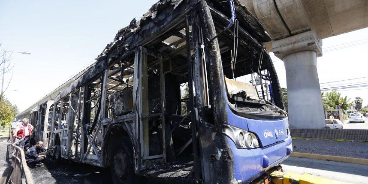 Artefacto incendiario habría causado el fuego que consumió bus del Transantiago