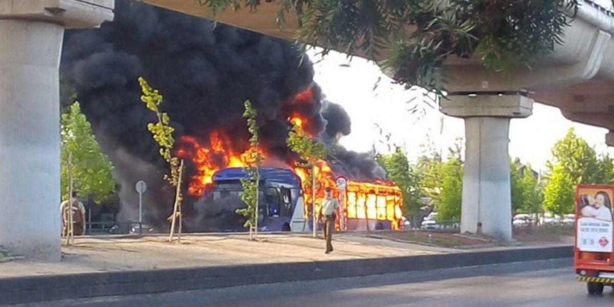 La Florida: bus del Transantiago se quema en la calle e investigan acción de terceros