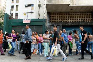 Gente hace cola para conseguir productos, afuera de un supermercado en Caracas. Foto:AFP. Imagen Por: