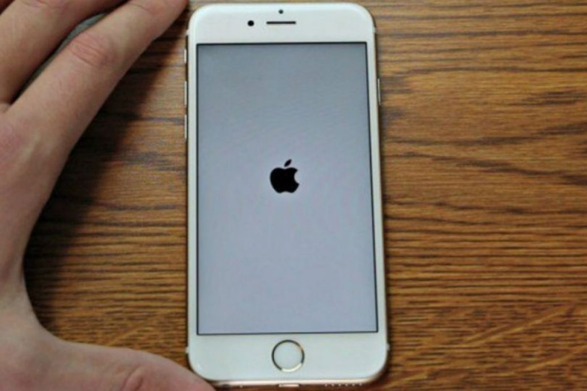 Un error en el iPhone provoca que se quede en la pantalla del logo de Apple. Foto:Vía Zach Straley/YouTube. Imagen Por: