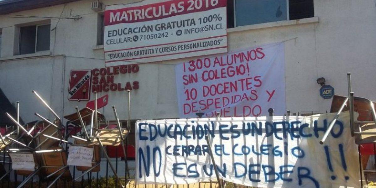 Profesores y apoderados se toman colegio de Independencia tras anuncio de cierre