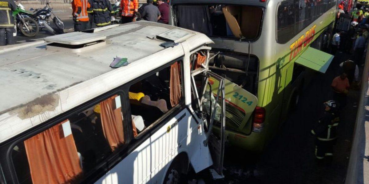 Dos buses chocan dejando a un chofer atrapado en Estación Central: hay 16 heridos