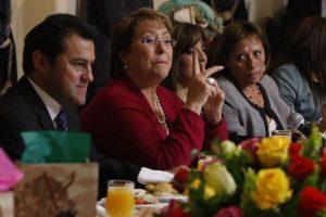 A la izquierda de la imagen, el ahora ex administrador de La Moneda junto a la Presidenta Bachelet. Foto:Archivo ATON Chile. Imagen Por: