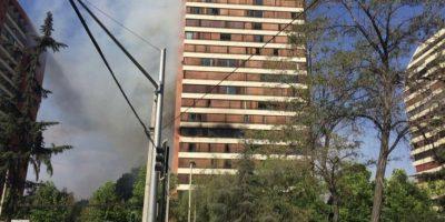 Incendio en séptimo piso de edificio en Las Condes movilizó a Bomberos