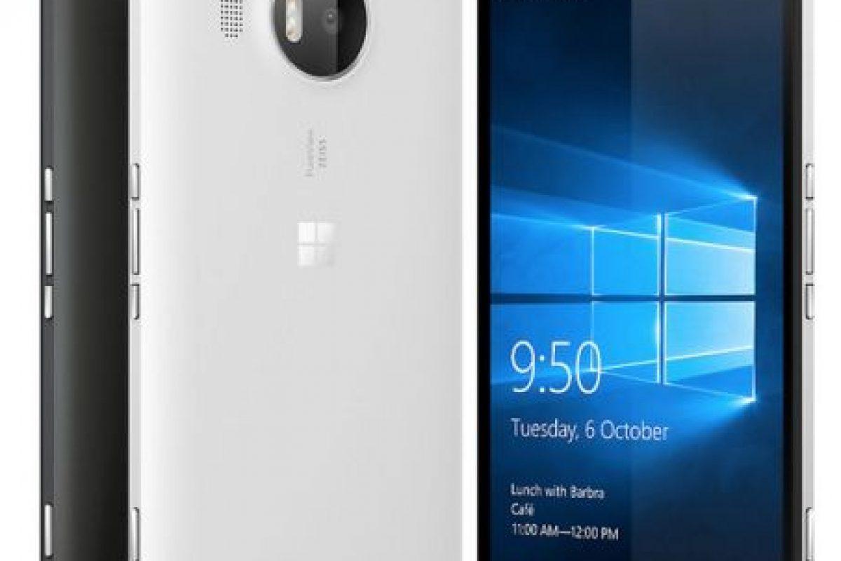Microsoft con el Lumia 950 XL. Foto:Microsoft. Imagen Por:
