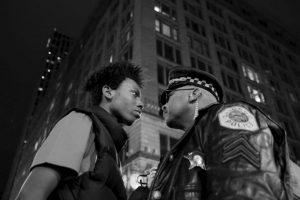 John J. Kim. En la imagen se aprecia a un joven afroamericano y un policía durante una manifestación contra el abuso policial a los jóvenes negros en Estados Unidos. Foto:worldpressphoto.org. Imagen Por: