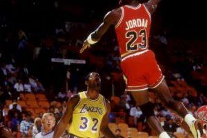 5. Jordan eligió el número 45 en el equipo de la secundaria, pero cuando entró al equipo titular de la preparatoria su hermano Larry tenía ese dorsal, por lo que eligió el 23. Ese número era casi la mitad del 45 Foto:Getty Images. Imagen Por: