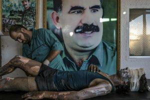 Mauricio Lima. Un médico kurdo atiende las heridas de un combatiente de Estado Islámico en Siria. Foto:worldpressphoto.org. Imagen Por: