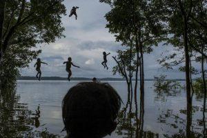 Mauricio Lima. Niños indígenas Munduruku juegan en el río Tapajos, en el área tribal de Sawre Muybu, en Itaituba, Brasil. Foto:worldpressphoto.org. Imagen Por: