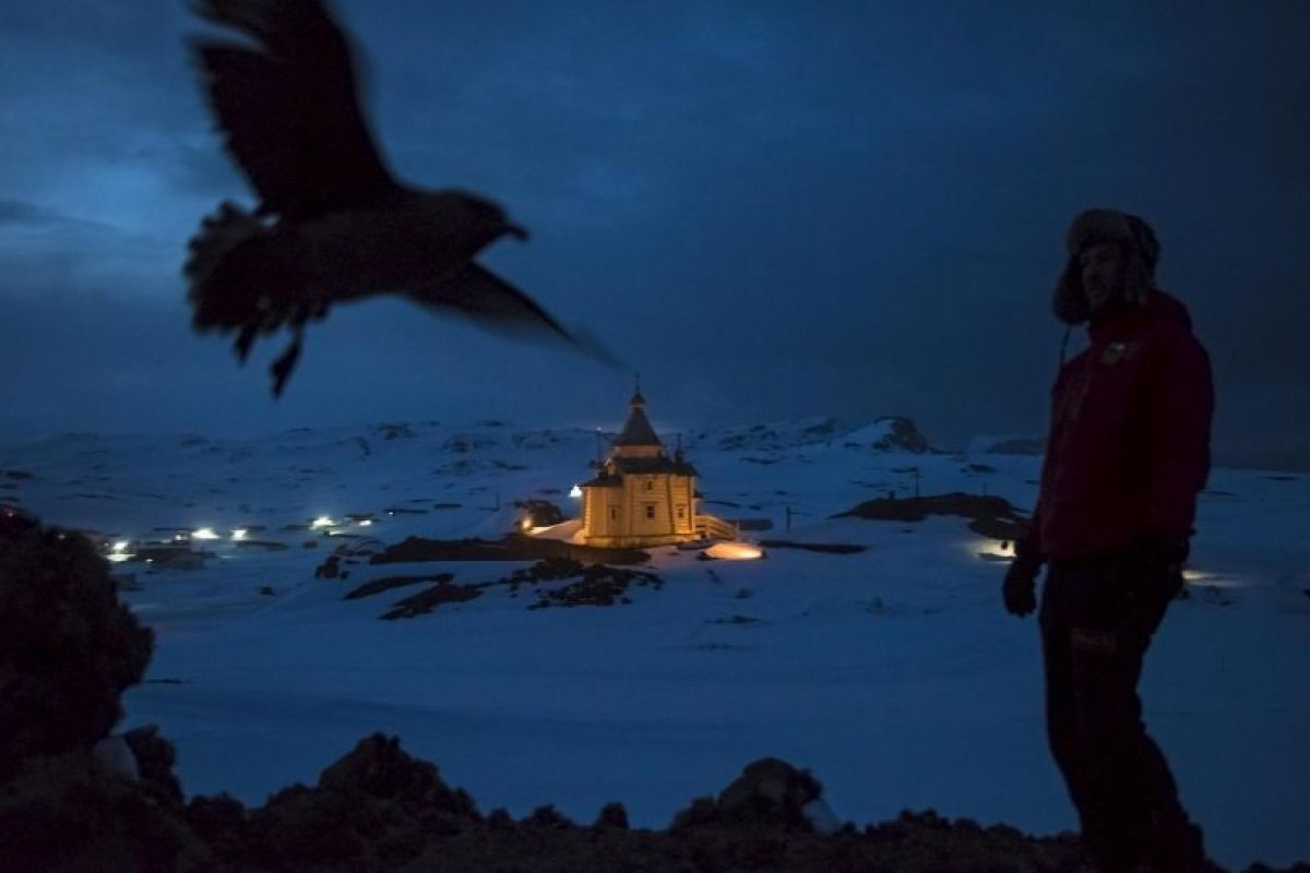Daniel Berehulak. Un científico chileno camina arriba de la iglesia ortodoxa rusa de la Santísima Trinidad. Foto:worldpressphoto.org. Imagen Por: