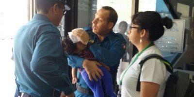 Personal de Zofri rescató a menor que fue dejado al interior de un auto