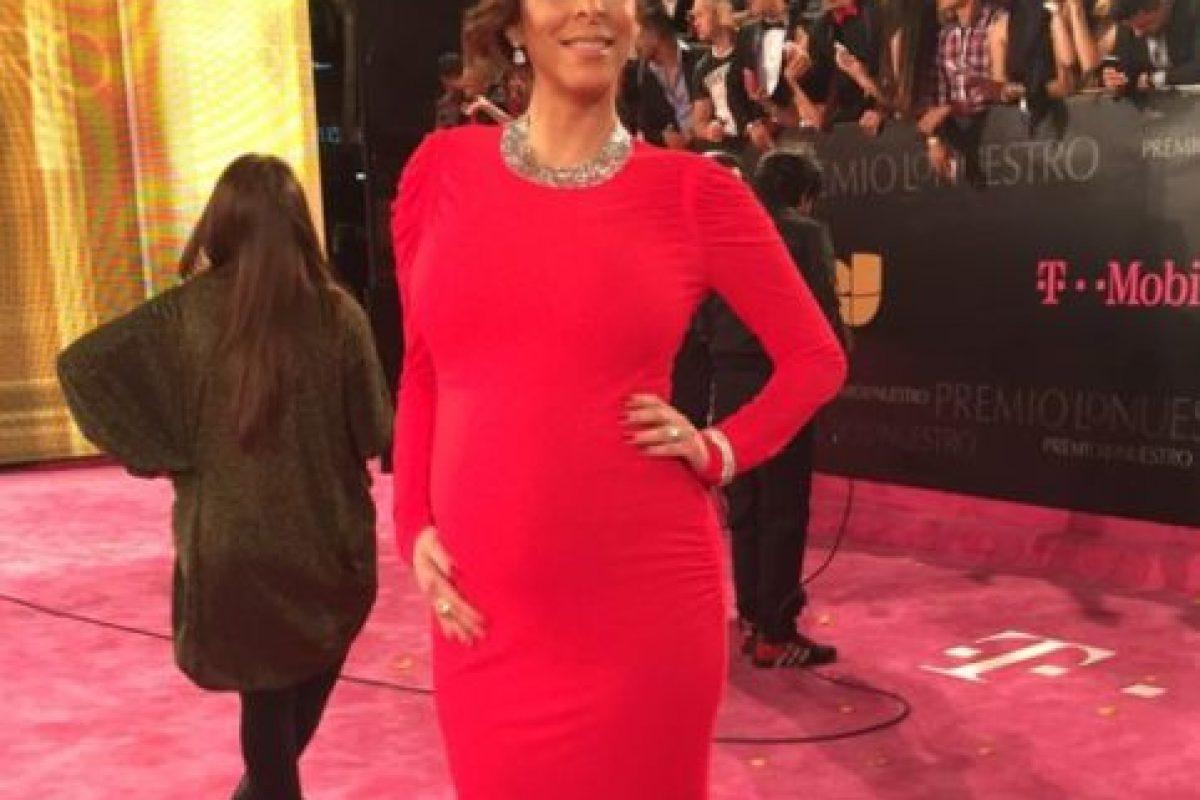 La host de Univision, Lourdes Stephen, perfecta en rojo. Hola, Kim: así se viste una embarazada. Foto:vía Twitter. Imagen Por: