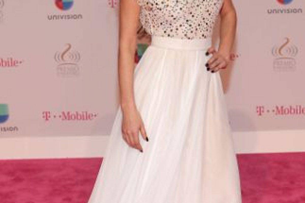 Marlene Favela, con un vestido que la hace ver distinta a lo acostumbrado. Lástima el pelo. Foto:vía Getty Images. Imagen Por: