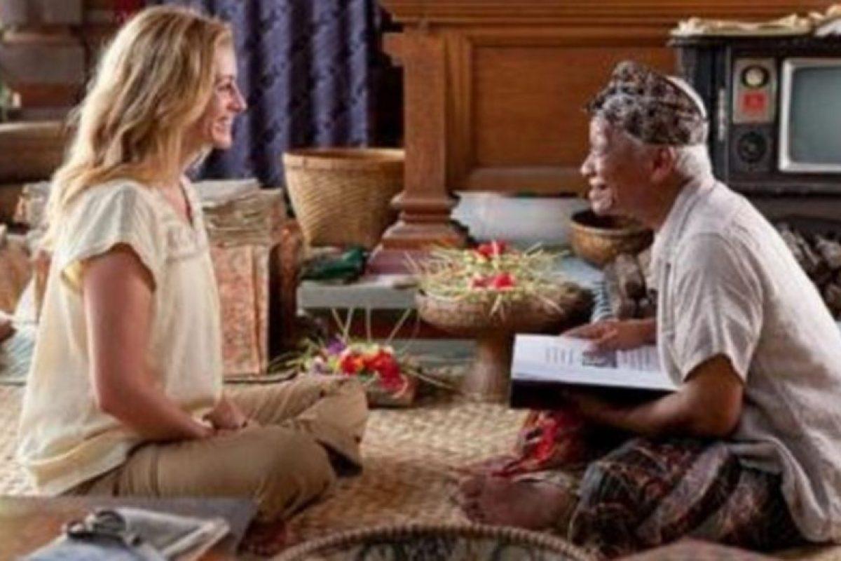 Después de su divorcio, Liz decide rehacer su vida. Así que emprende un viaje por el mundo en busca de buena comida, espiritualidad y amor verdadero. Foto:Vía Netflix. Imagen Por: