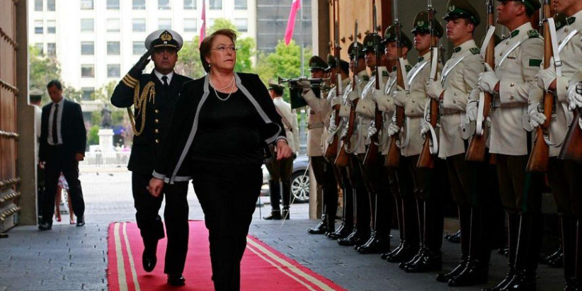 Presidenta regresa a Santiago y volverá a La Moneda este lunes con cargada agenda