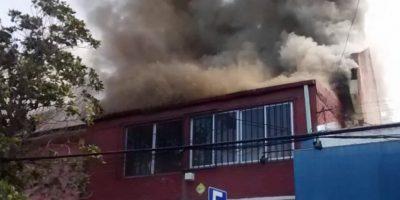 Bomberos trabaja en incendios simultáneos en Recoleta y Santiago Centro