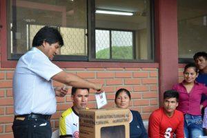 Evo Morales emitiendo su voto Foto:AP. Imagen Por: