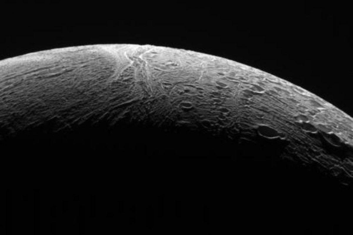 """""""Si antes de los datos de Cassini, alguien nos hubiera advertido de la posibilidad de un océano bajo la superficie de hielo de Enceladus, nos habríamos reído de eso"""", explicó en un comunicado Curt Niebur, científiico de la administración de ciencias planetarias de la NASA. """"Nadie lo esperaba"""". Foto:Twitter.com/CassiniSaturn. Imagen Por:"""