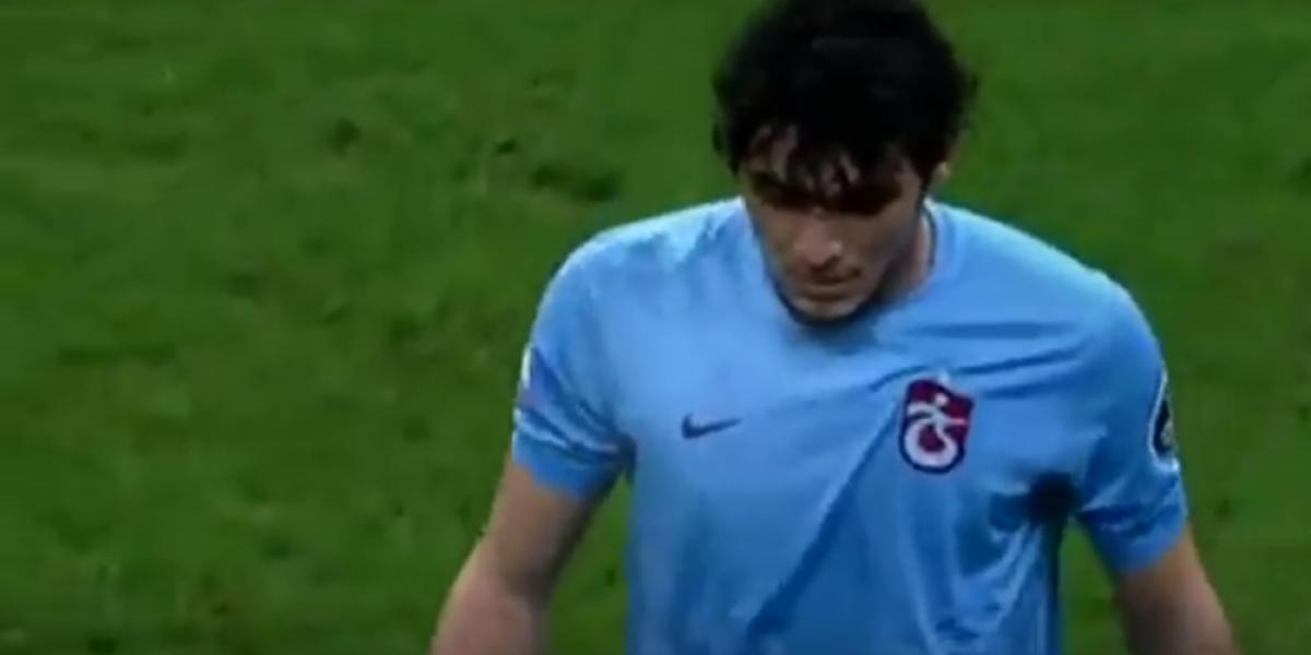 Extraño momento: Futbolista muestra tarjeta roja a árbitro y después es expulsado